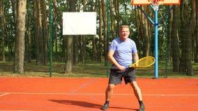 Мужской теннисист празднуя после выигрывать пункт акции видеоматериалы