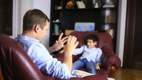 Мужской терапевт проводит психологическую консультацию с подростком Подросток мальчика на приеме a сток-видео