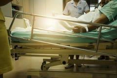 Мужской терпеливый лежать в больничной койке разговаривая с медсестрой о его Стоковая Фотография RF