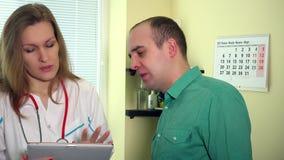 Мужской терпеливый человек и женская рука женщины доктора трясут после объяснять диагноз видеоматериал