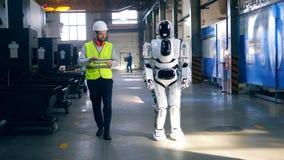 Мужской техник управляет роботом планшетом акции видеоматериалы