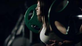Мужской тренер обеспечивает девушку сток-видео