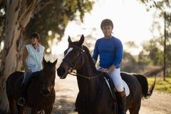 Мужской тренер с верховой лошадью женщины на амбаре Стоковые Изображения RF