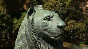 Мужской туристский причаливая памятник льва, фотографируя с камерой мобильного телефона акции видеоматериалы