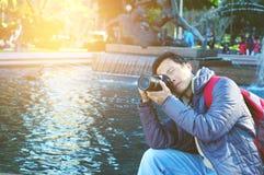 Мужской туристский фотограф стоковые изображения rf