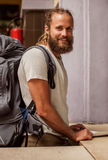 Мужской турист покупает билет на кассе конечной станции стоковые изображения rf