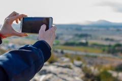 Мужской турист принимает фото с камерой мобильного телефона стоковые изображения