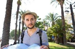 Мужской турист с картой чтения сумки Стоковое фото RF