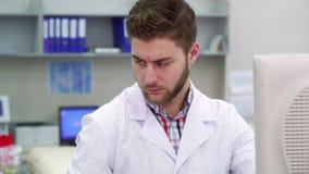 Мужской ученый работает на лаборатории стоковое изображение
