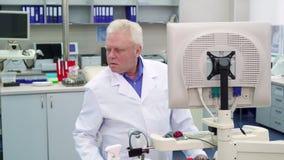 Мужской ученый смотрит к стороне на лаборатории стоковые фотографии rf