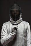 Мужской фехтовальщик в белых ограждая костюме и маске Стоковая Фотография RF