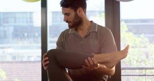 Мужской физиотерапевт давая массаж ноги к женскому пациенту видеоматериал