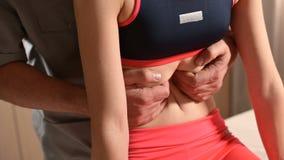 Мужской физиотерапевт делает висцеральную процедуру из брюшка и внутренних органов пациента маленькой девочки сток-видео