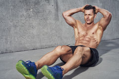 Мужской фитнес модельный делать сидит поднимает и хрустит работать подбрюшные мышцы стоковые фотографии rf