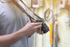 Мужской фотограф дилетанта принимая фокусировать для того чтобы сделать фото в cont стоковая фотография