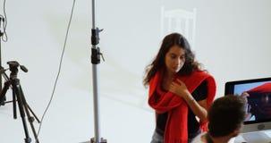Мужской фотограф показывая фото к женской модели на компьютере 4k видеоматериал