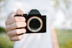Мужской фотограф фотографирует с его камерой стоковые фотографии rf