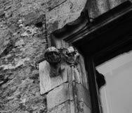 Мужской характер с ангелом частью 2 окна стоковые фото