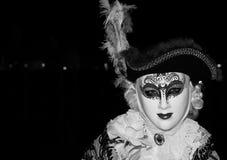 Мужской ходок масленицы в традиционном костюме и маска стоя с назад к грандиозному каналу, во время масленицы Венеции Стоковые Изображения RF