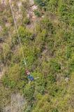 Мужской шлямбур bungee на мосте Bloukrans Стоковые Изображения
