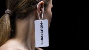 Мужской ярлык на женском ухе, устаревшая роль домохозяйки смертной казни через повешение руки женщины в обществе акции видеоматериалы