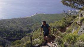 Мужской hiker двигая вниз на скалу акции видеоматериалы