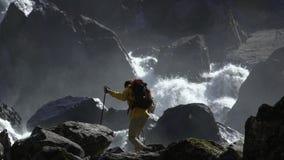 Мужской hiker идет к водопаду в замедленном движении сток-видео