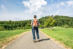 Мужской hiker начиная его пешее путешествие стоковое изображение rf