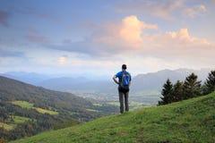Мужской hiker с рюкзаком стоковые фотографии rf