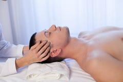 Мужской masseur делая процедуру по курорта здоровья массажа стоковая фотография