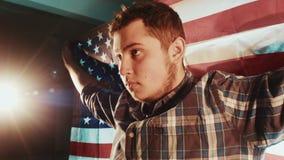 Мужчина латиноамериканцев американский кавказский с американским флагом сток-видео