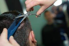 Мужчина волос вырезывания парикмахера конца-вверх Стоковые Фотографии RF