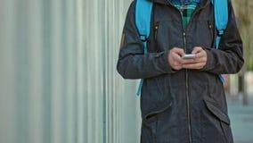 Мужчина вручает тип на телефоне Outdoors на холодный день сток-видео
