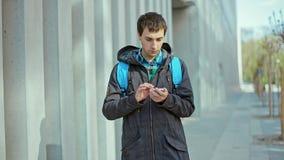 Мужчина вручает удары на телефоне Outdoors на холодный день видеоматериал