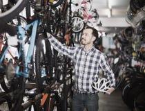 Мужчина в магазине велосипеда выбирает для себя велосипед спорт Стоковое Изображение