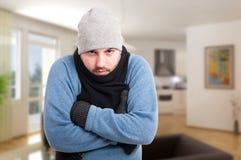Мужчина в одеждах зимы внутри дома Стоковое Фото