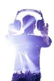 Мужчина в силуэте показывая наушники Стоковое фото RF