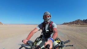 Мужчина едет на велосипеде 'Quad Bike' в пустыне Египет и стреляет в себя на  видеоматериал