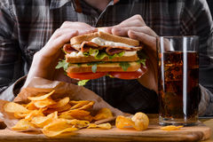 Мужчина держит сандвич Стоковое Фото