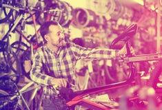 Мужчина исправляет части велосипеда Стоковое Изображение RF