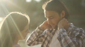 Мужчина и женская беседа в парке видеоматериал