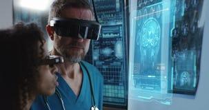 Мужчина и женский доктор обсуждая сканирование мозга сток-видео
