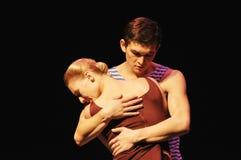 Мужчина и женский прижиматься стоковая фотография rf