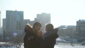 Мужчина и женское нагревающ их руки в зиме сток-видео