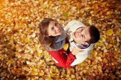 Мужчина и женщина в парке в осени Стоковая Фотография
