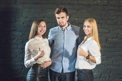 мужчина и женщина команды дела сформировали молодого standi бизнесменов Стоковые Фото