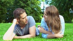 Мужчина и женщина разговаривают в парке видеоматериал