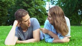 Мужчина и женщина разговаривают в парке сток-видео
