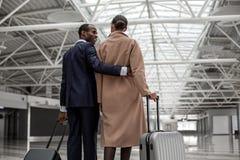 Мужчина и женщина стоят с багажем Стоковое Фото