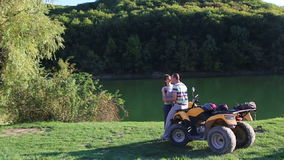 Мужчина и женщина у воды на берегу реки。 股票录像